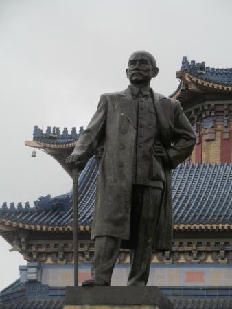 Bronze Statue of Sun Yat-sen : Standing tall & proud....