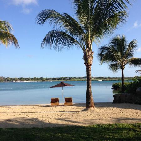 Four Seasons Resort Mauritius at Anahita: Blick über die Laguna zum Golfplatz