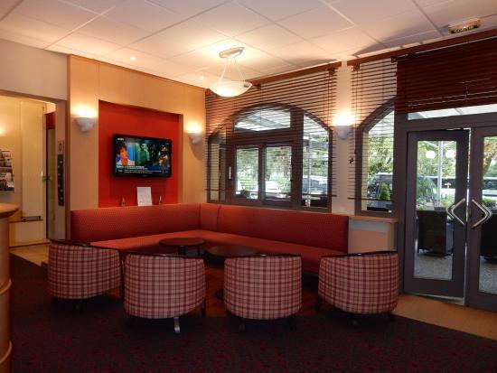 Ibis Beaune Centre : Coin salon télé à côté du Bar de l'Hôtel Ibis Centre