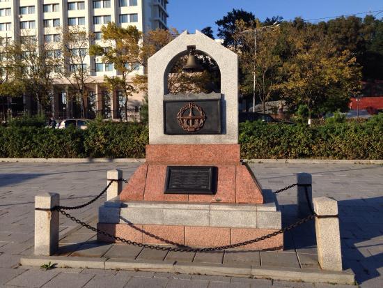 Памятный знак Пионерам подводного плавания на Тихом океане