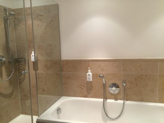 Akzent Hotel Brauerei Hirsch: Shower and bath