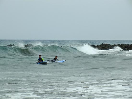 San Agustin, İspanya: Surfer vis-a-vis vor dem Strand/Hotel