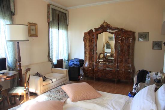 Hotel Villa Pambuffetti: The Wardrobe!