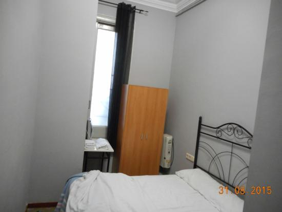 Hostal Lausanne: Grey stained walls and black curtain