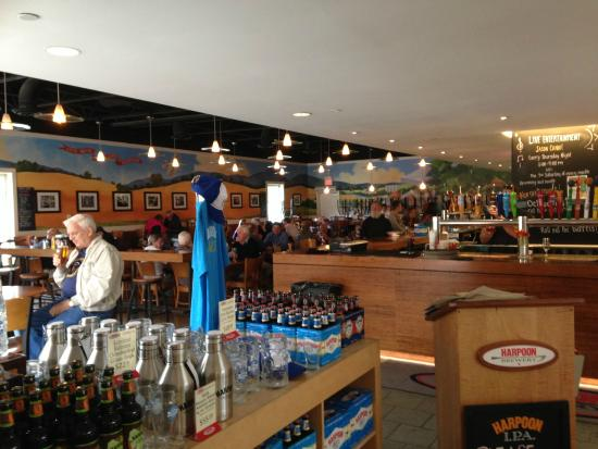 Harpoon Brewery: Comfortable dining area and bar