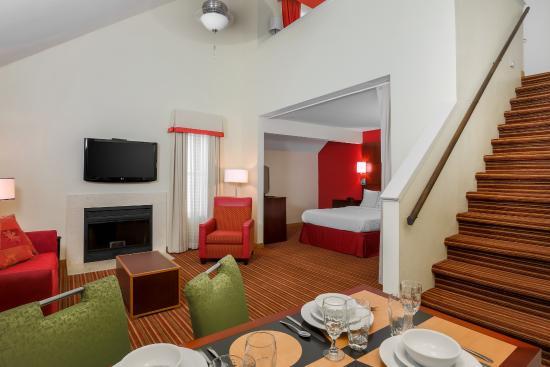 Residence Inn Cincinnati North/Sharonville: Bi-Level Loft Suite Living/Dining Area