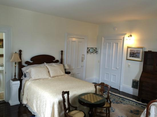 East Machias, Μέιν: Room 2 queen bed, also has a twin bed