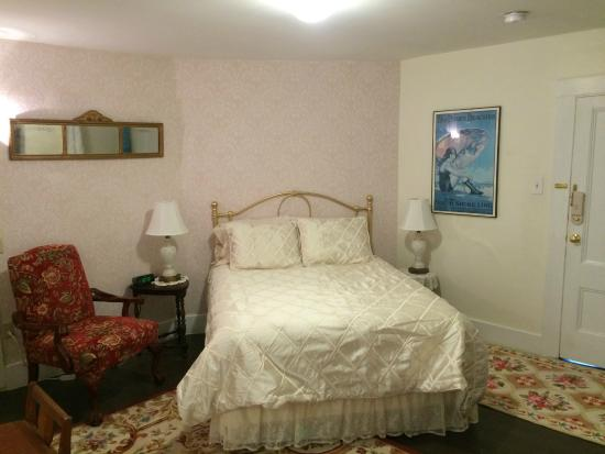 East Machias, ME: Room 5 queen bed