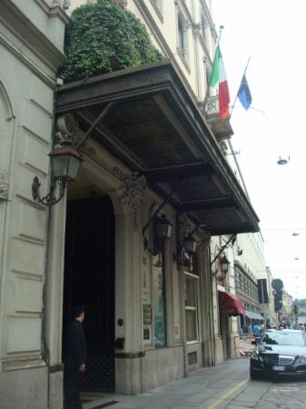 L Ingresso Dell Hotel Picture Of Grand Hotel Et De Milan The Leading Hotels Of The World Milan Tripadvisor