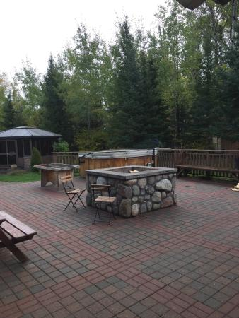 Elk Lake, Kanada: Patio with a hot tub