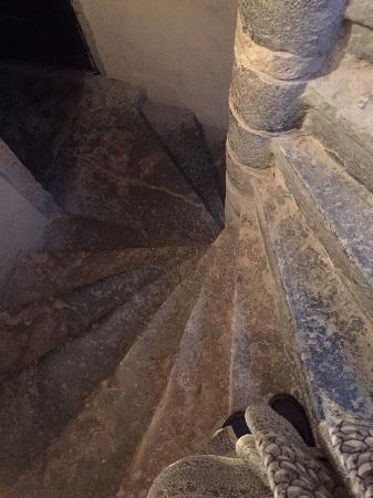Loges Vieux Lyon : Stone steps up to apartment, is quite dark.