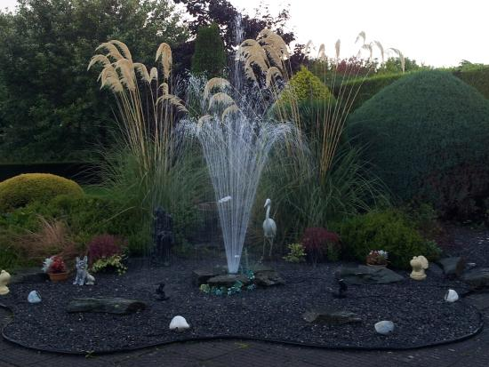 Meadow View B&B: Front fountain - so pretty lit up at night!