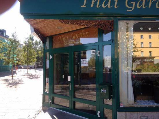 Pitea, Zweden: Entrance to Thai Garden is at a corner