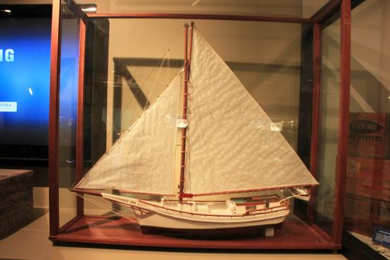St. Clement's Island Museum: The single mast charactizes a traditional skipjack