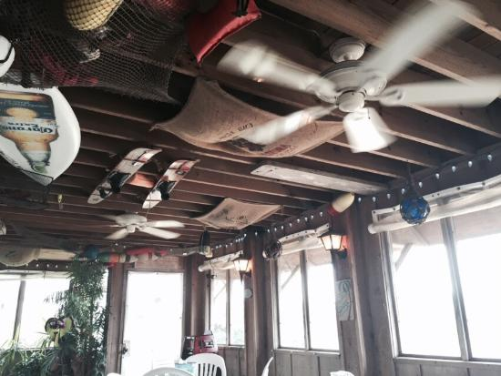 Top Dog Cafe: Top Dog screened porch with fans was restful and interesting!