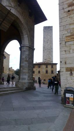 l'accesso da Piazza della Cisterna a quella del Duomo