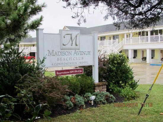 Madison Avenue Beach Club Motel: Approaching hotel