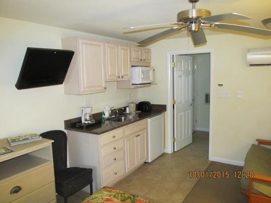 Madison Avenue Beach Club Motel: View of kitchenette