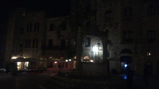 Piazza della Cisterna: la Piazza