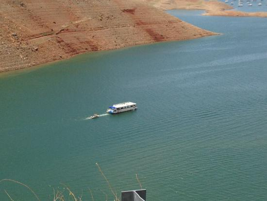 Lake Oroville State Recreation Area : House boat in the channel from the green bridge