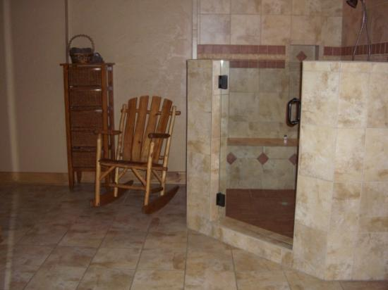 Serenity in the Mountains Luxury Suites: Large walk in shower