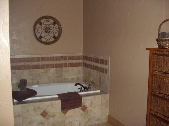 Serenity in the Mountains Luxury Suites: Separate Jacuzzi jet tub