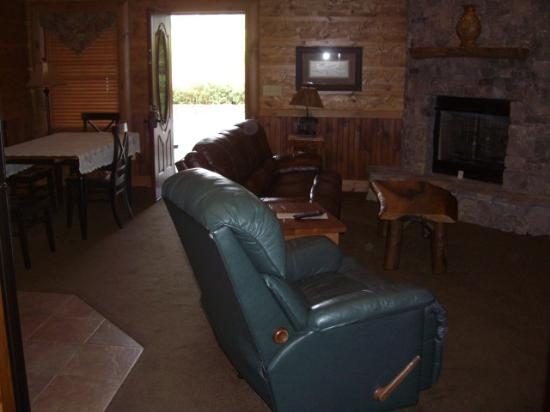 Serenity in the Mountains Luxury Suites: Large living room with full size kitchen