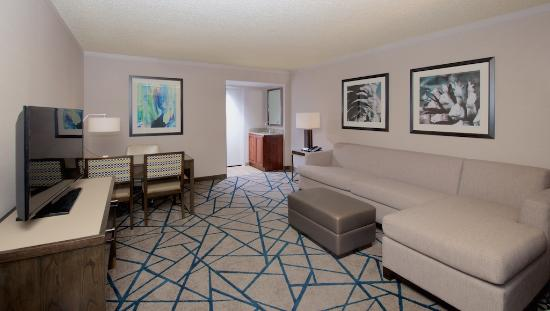 Embassy Suites by Hilton Portland Washington Square: Relax in your spacious parlor with a personal safe and wetbar.