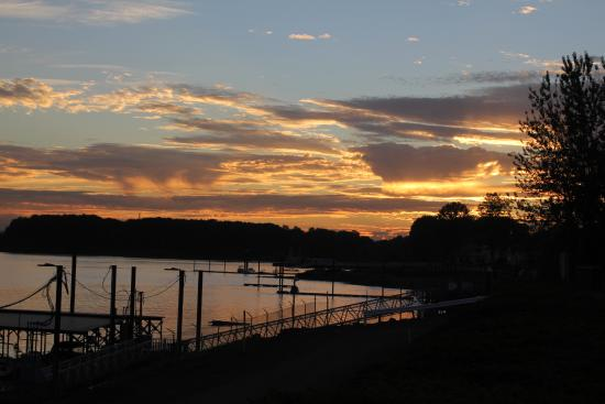 BEST WESTERN PLUS Parkersville Inn & Suites: sunset from the marina