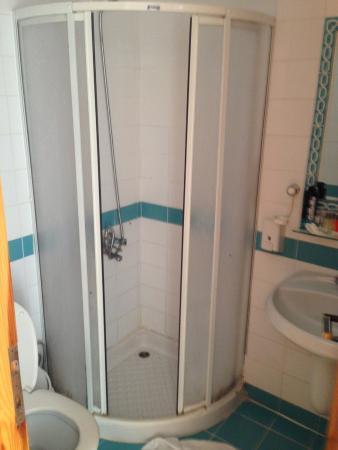 Korsan Ada Hotel: İğrenç banyo, duşakabinin içi su doluyor, kenarları pislikten simsiyah.