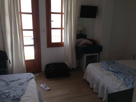 Korsan Ada Hotel: Küçücük ve kalitesiz bir oda.