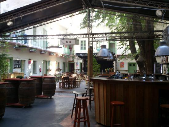 Un pub contornato da camerate picture of the hive party hostel budapest tripadvisor - The hive inn hotel ...