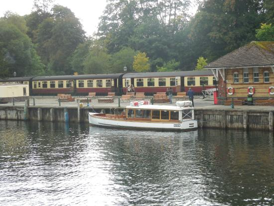Bowness-on-Windermere, UK: Lakeside with the steam train waiting.