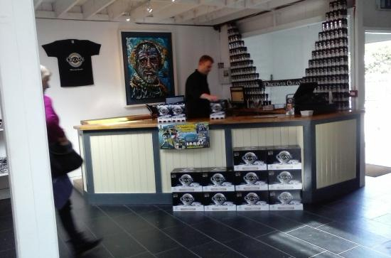 Dingle Brewery Company: Front desk/check-out area