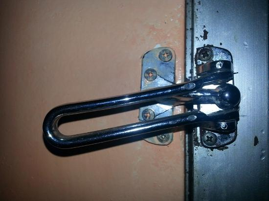 Econo Lodge Civic Center: Security Lock?!