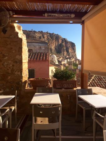 Moni Emvasis Luxury Suites: Restaurante do hotel