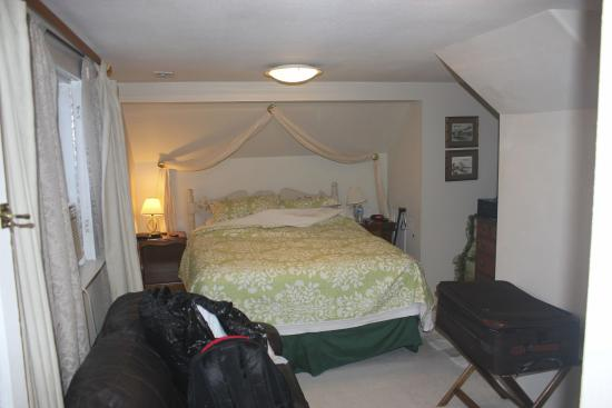 Apple Country Inn: the bed