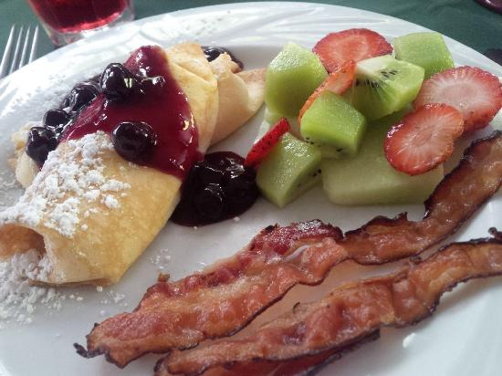 Cannonboro Inn: Breakfast day one - peaches and cream filled crepe, bacon and fruit