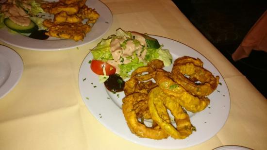Meiningen, Tyskland: Vorspeisen,hausgemachter Käse in Kichererbsenmehl und Zwiebelringe