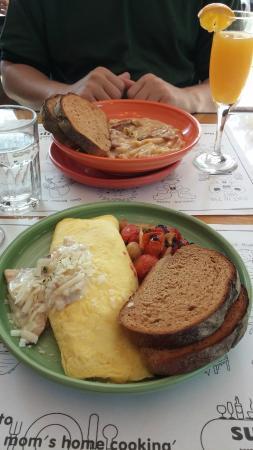 Suji's Restaurant Itaewon Store: Chicken alfredo omelette; mac n cheese