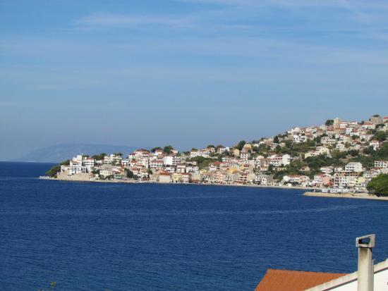 Igrane, Croacia: View of Sensimar Makarska hotel, extreme left, from Zivogosce.