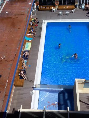 Festa Brava: Aussicht auf den Pool vom Balkon