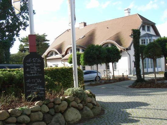 Fürst Jaromar Hotel Resort & Spa: Einfahrt von der Hauptstraße