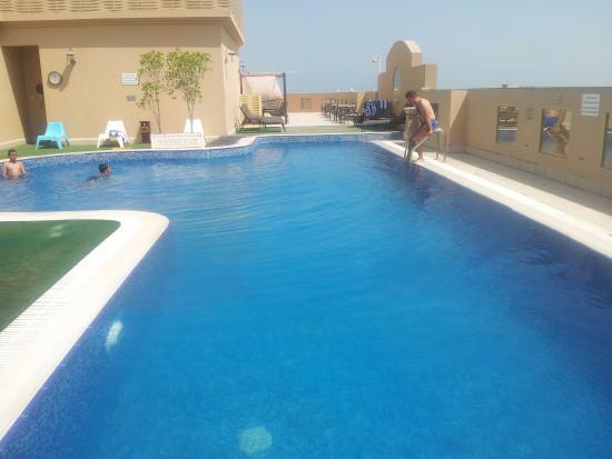 la piscina sul terrazzo - Picture of Corp Executive Hotel Doha ...