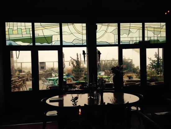 Strandhotel Terschelling: Glas in lood en uitzicht op terras vanuit eet- en leeszaal