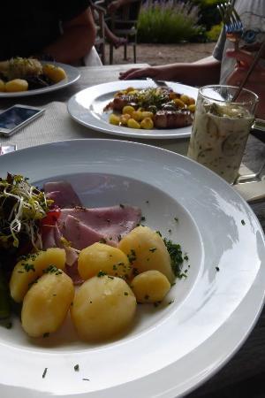 SPREEWALDRESORT Seinerzeit: Schinken mit Kartoffeln, im Glas Schmorgurken (sehr lecker!)