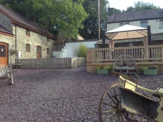 Happy Donkey Hill Bed and Breakfast & Holiday Cottages: View of courtyard and hot tub looking towards Miller's Cottage