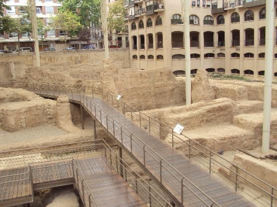 Au tour du théâtre romain: fotografía de Museo del Teatro Romano de Caesaraug...