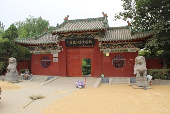 Xinzheng, จีน: Entrance to Ouyang Xiu's Tomb