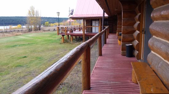 Cariboo Log Guest House: Deck outside the rooms and off the eating area